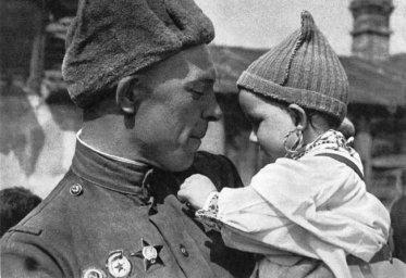 Советский солдат с чешским ребенком на руках.