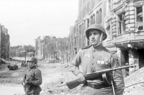 Советский патруль в Берлине