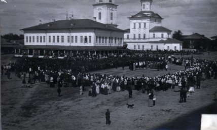 Молебен на базарной площади в г. Тотьме перед отправкой мобилизованных на фронт в 1914г. Позитив с негатива Петрова.