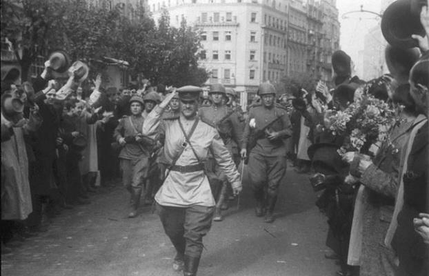 Жители Белграда приветствуют советских солдат