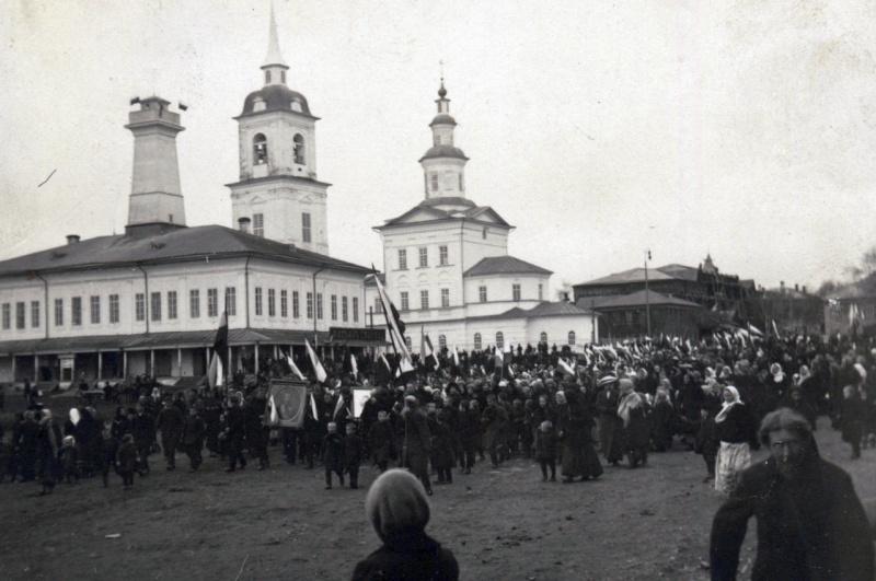 Демонстрация на улицах в г.Тотьме по случаю взятия г.Львова